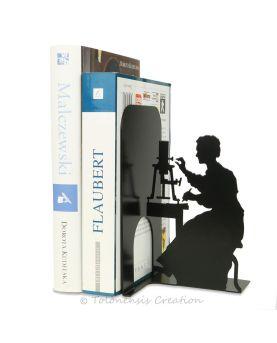Vue d'une petite fille avec des couettes qui touche une horloge de chat.
