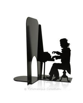 Vue rapprochée de l'horloge contemporaine Temporis. Hauteur 40 cm