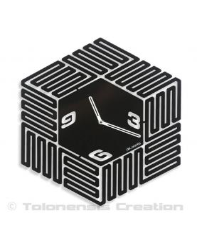 Une très étonnante horloge murale design Maze réalisée en métal par découpe laser. Hauteur 40 cm