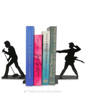 Une vue rapprochée de l'horloge Belle Epoque avec ses aiguilles caractéristiques du style des arts décoratifs.